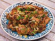 Лесни пържени пилешки дробчета в брашно с лук и масло по селски